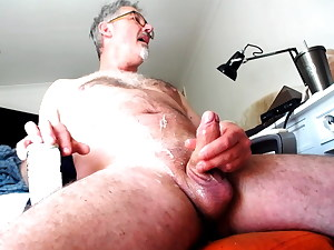 UK Knob has fountains of cum for friends
