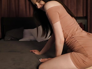 GIRL EROTICALLY MOVES AND CUMS